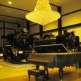 19世紀ホール内のピアノと蒸気機関車