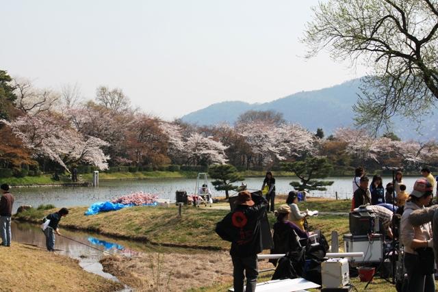名古曽の滝跡から撮影隊を撮す