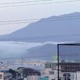 嵐山の朝霧と愛宕山