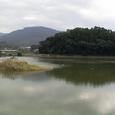 箸墓を背後で見守る三輪山